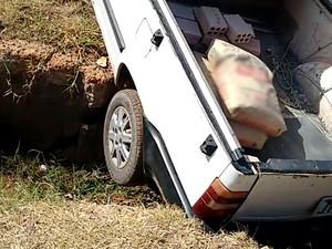 Carro precisou ser retirado por outro (Foto: Dorival Moraes/VC no G1)