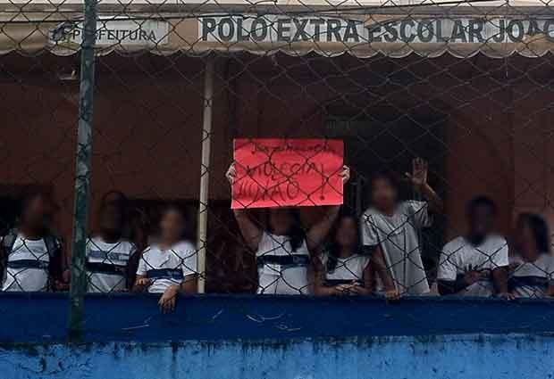 """Os alunos da escola João Kopke fizeram um cartaz escrito """"Violência não"""" na manhã desta segunda (25), após diretora ter sido agredida por aluno. (Foto: Isabela Marinho / G1)"""