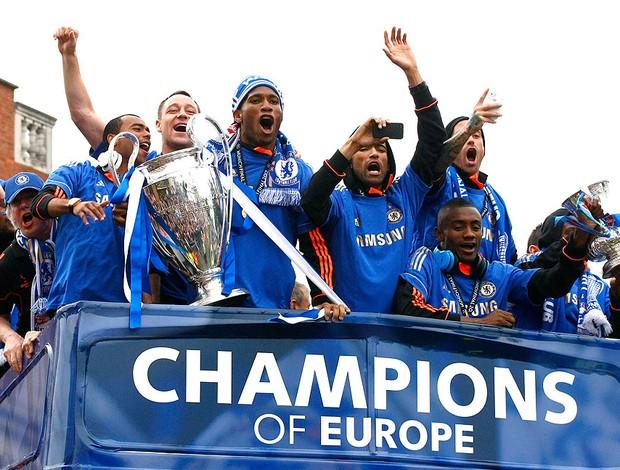 Drogba com a taça da Liga dos Campeões na festa do título (Foto: AP)
