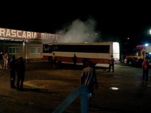 De acordo com a PM, ônibus teve o interior totalmente destruído pelo fogo (Foto: Edinei da Silva/Divulgação)