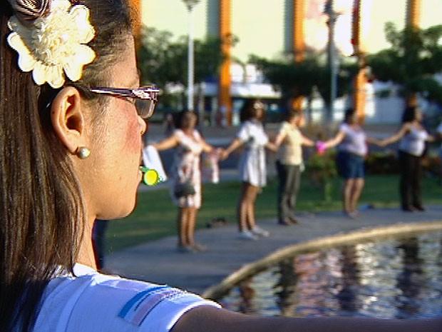 Cerca de 50 mulheres abraçaram a Praça da Luz em ato contra a violência, na Serra (Foto: Reprodução/ TV Gazeta)