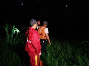Agentes realizam procura pelas margens do local (Foto: Ariane Viana/G1)