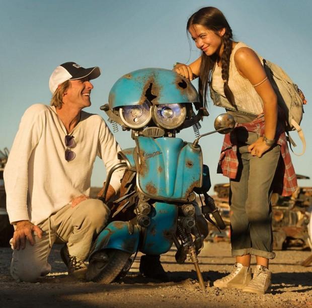 Michael Bay e Isabela Moner com Squeeks, o mais novo Autobot de Transformers (Foto: Reprodução/Instagram)
