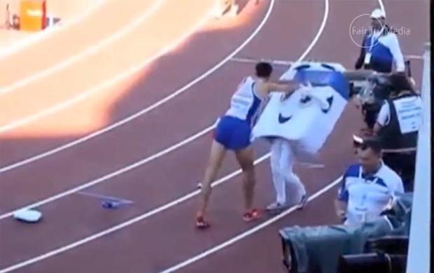 Frame - Mahiedine Mekhissi-Benabbad bate em mascote atletismo (Foto: Reprodução / youtube)