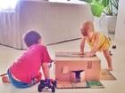 Gisele Bündchen mostra filhos brincando com caixa de papelão
