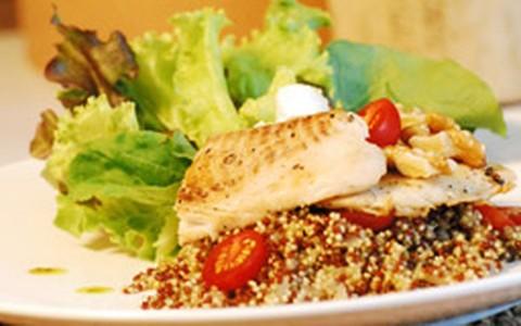 Risoto de quinoa com filé de tilápia