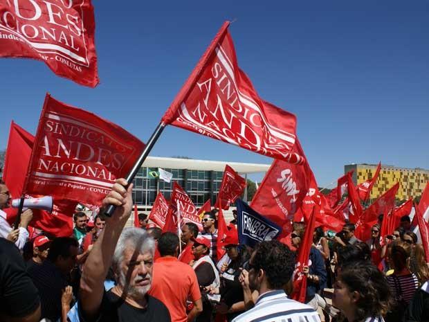 Servidores federais em greve durante manifestação na manhã desta quinta-feira (9) em frente ao Supremo Tribunal Federal (STF) . Os manifestantes pedem reajuste salarial e reestruturação do plano de carreira.  (Foto: Vianey Bentes/TV Globo)