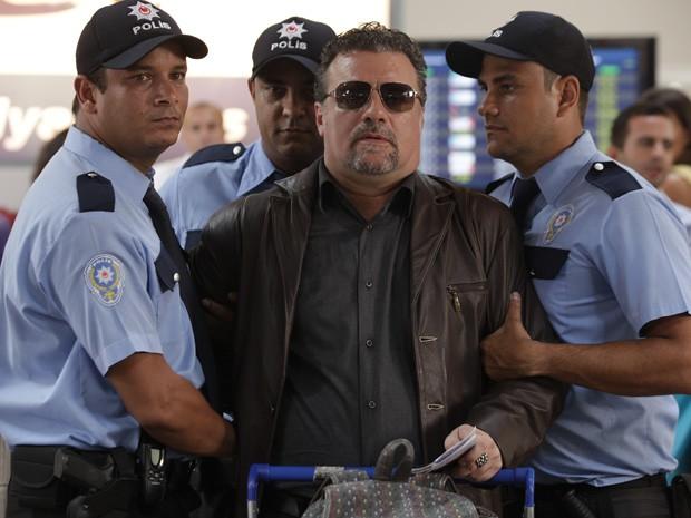 Jéssica e Morena sonham alto e visualisam Russo preso no aeroporto (Foto: Salve Jorge / TV Globo)
