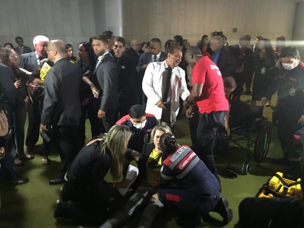 Manifestante passa mal e é atendida por brigadistas no Salão Verde da Câmara (Foto: Nathalia Passarinho/G1)