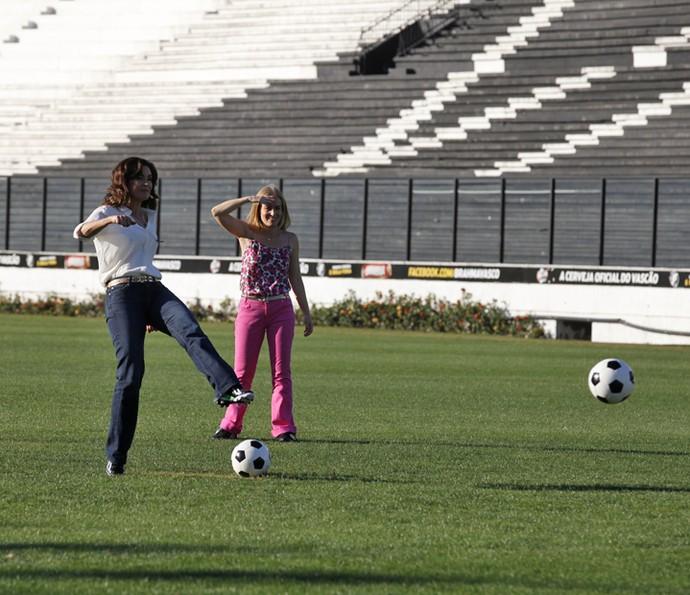 Angélica joga futebol com Fátima Bernardes (Foto: Gshow)