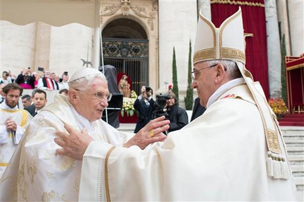 O Papa Francisco, à direita, cumprimenta seu predecessor, o Papa Emérito Bento XVI, durante a cerimônia de canonização de João XXIII e João Paulo II, neste domino (27), no Vaticano (Foto: L'Osservatore Romano/AP)