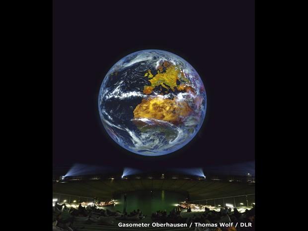 O ponto principal da exposição é uma projeção gigante da Terra. Composta por imagens em alta resolução feita por satélites, a imagem vai mostrar a atmosfera do planeta - as mudanças do dia para noite e de uma estação para outra (Foto:  Thomas Wolf/DLR)