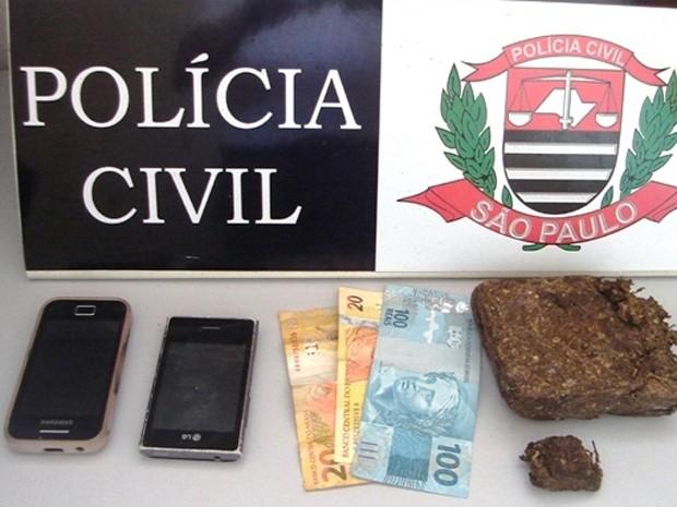 Jovens escondiam a droga em um bueiro, próximo ao Parque do Povo (Foto: Divulgação/Polícia Civil)
