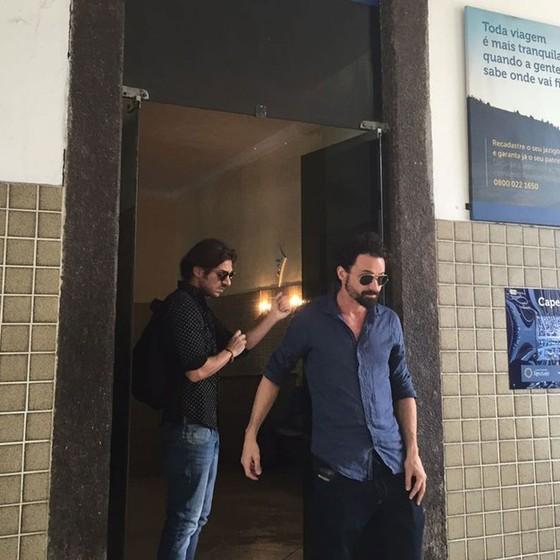 Thadeu e Thiago Vivas, filhos do cantor, no velório no pai (Foto: G1)