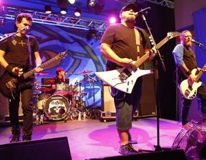A banda Raimundos faz pocket show na coletiva de imprensa da nova 'Malhação' (Foto: Ellen Soares / Gshow)