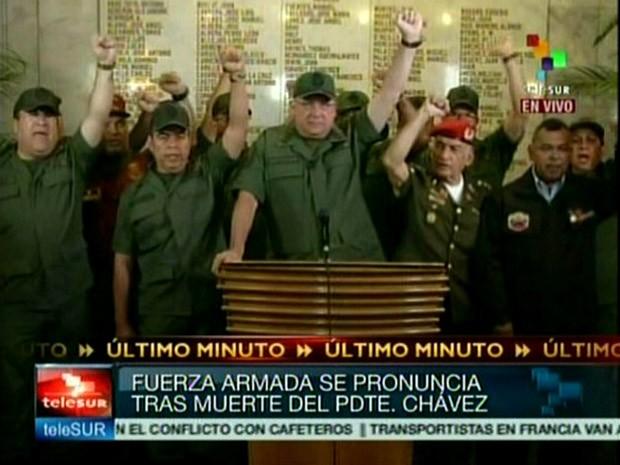 O ministro da defesa da Venezuela, Diego Molero, durante discurso que sucedeu o anúncio da morte do presidente do país, Hugo Chávez, nesta terça-feira (5) (Foto: Telesur/AFP)