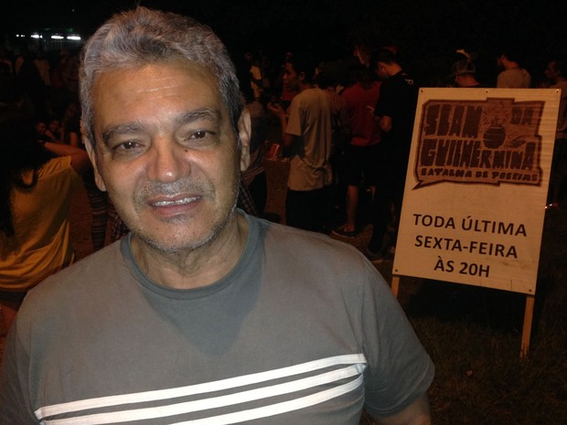 Joílson de Matos, de 66 anos, decidiu recitar uma de suas 14 mil poesias no Guilhermina (Foto: Eduardo Pereira/G1)