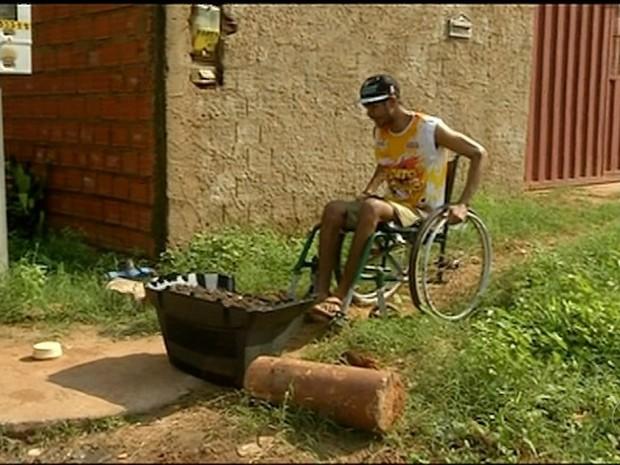 Famíla preserva caminho do cadeirante colocando obstáculos  (Foto: Reprodução/TV Anhanguera)