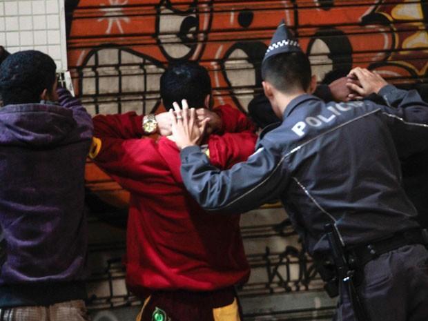 Policial militar aborda suspeitos no largo do Arouche, no Centro de SP (Foto: Leonardo Benassato/Futura Press/Estadão Conteúdo)