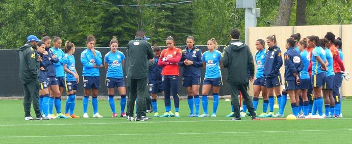 Jogadoras reunidas antes do treino (Foto: Cíntia Barlem)