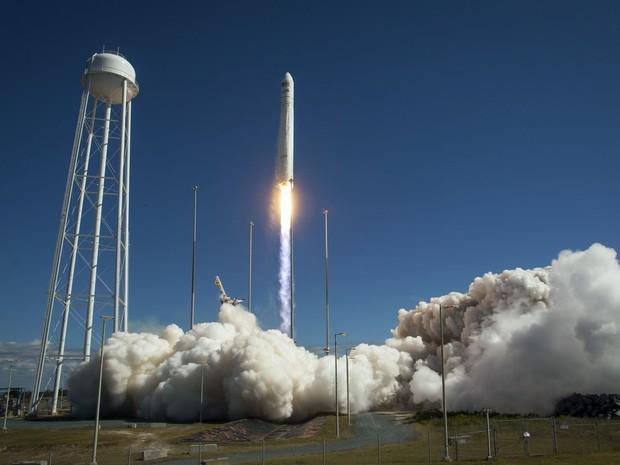Foguete com comida e roupas decola dos EUA rumo à Estação Espacial. Veículo lançador partiu na tarde desta quarta-feira, de base da Nasa. (Foto: NASA/Bill Ingalls/AP)