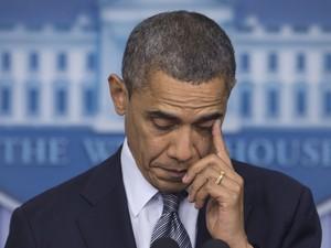 O presidente dos Estados Unidos, Barack Obama, se emocionou nesta sexta-feira (14) ao falar sobre o tiroteio ocorrido em uma escola de Connecticut (Foto: Carolyn Kaster/AP)