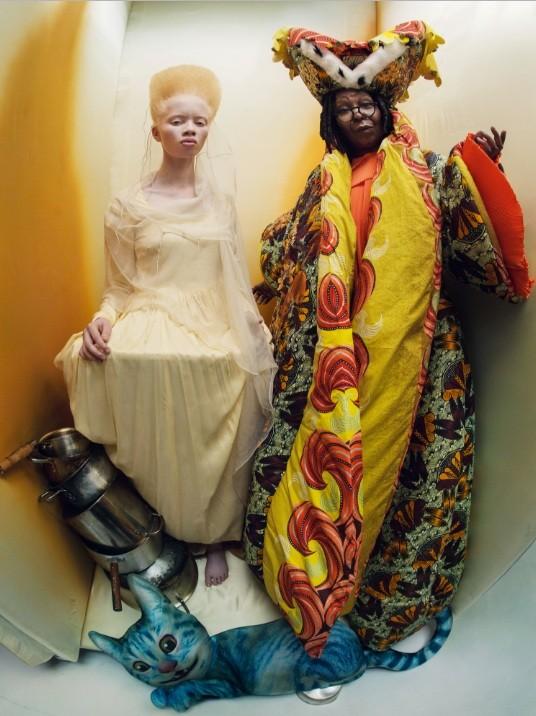Whoopi Goldberg e Thando em clima de Alice no País das Maravilhas (Foto: Pirelli)