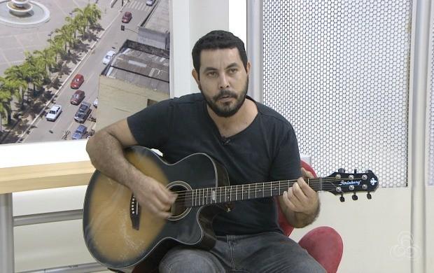 Cantor Bábi Azad anima o programa com sucessos do pop rock (Foto: Acre TV)