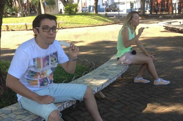 Marcos Paiva e Naty Graciano se refrescam no calor de Votuporanga (Foto: Gabriela Cardoso/TV TEM)