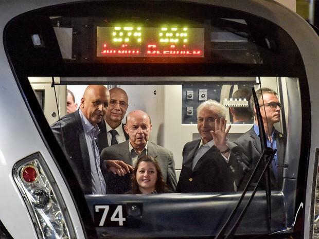 O presidente em exercício Michel Temer acena da cabine de controle do metrô durante inauguração da linha 4, que faz o trajeto Barra da Tijuca-Ipanema (Foto: Marcello Dias/Futura Press/Estadão Conteúdo)