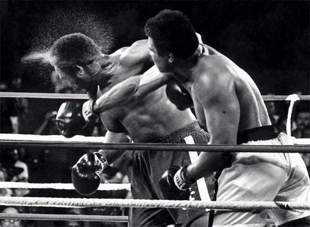 Ali usou a tática de cansar Foreman. Ao final, golpeou-o sem piedade (Foto: AFP-Image Forum)