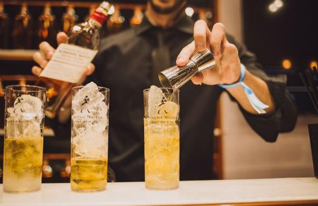 Barman prepara drinks no bar moderno de Johnnie Walker (Foto: Divulgação)