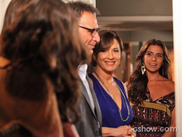 Clara reage com um susto ao reparar na presença de Marina (Foto: Carol Caminha/ TV Globo)