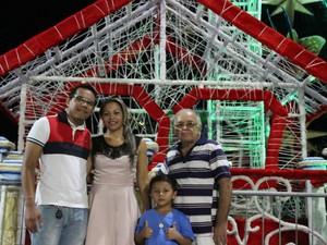 Família acompanhou a inauguração da árvore de Natal na Ponta Negra (Foto: Ive Rylo/G1 AM)