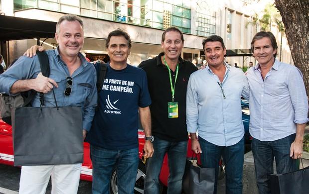 O tricampeão de Fórmula 1 Nelson Piquet com seus amigos de Brasília: diversão nas Mil Milhas Históricas (Foto: Vera Lambiasi / divulgação)