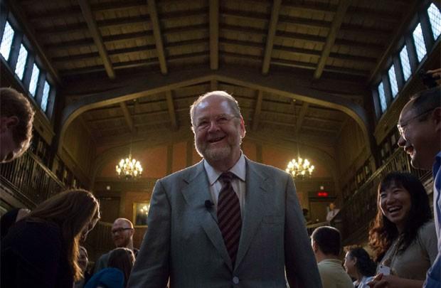 Jame Rothman é aplaudido após dar entrevista coletiva na Universdidade Yale nesta segunda-feira (7) (Foto: Adrees Latif/Reuters)