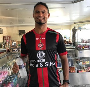 Goleiro Bruno Fernandes já posa com a camisa do Boa Esporte