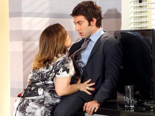 Ariela parte para cima de Humberto na cozinha mesmo (Foto: Cheias de Charme / TV Globo)