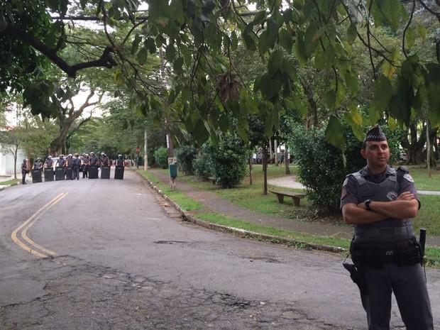 Policiais protegem entrada da casa do presidente em exercício Michel Temer (Foto: Gabriela Gonçalves/G1)