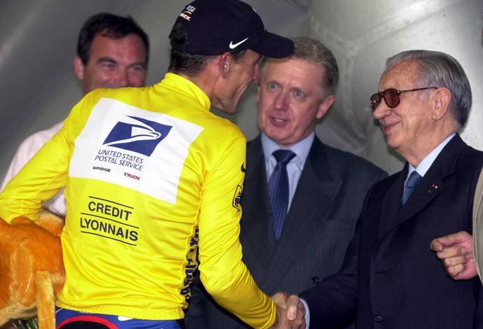 Observado por Verbruggen, Lance Armstrong cumprimenta o então presidente do COI, Juan Antonio Samaranch, em 2000 (Foto: Getty Images)