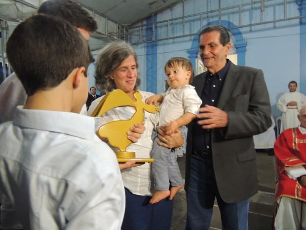 Escultura do anjo Miguel, mesmo nome do filho caçula de Campos, foi entregue aos familiares do ex-governador (Foto: Katherine Coutinho/G1)