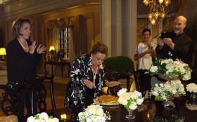 Nicette Bruno completa 80 anos e ganha bolo nos bastidores de Salve Jorge