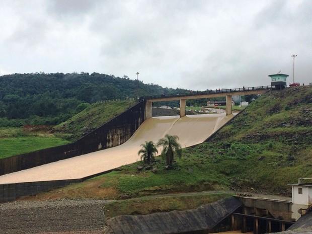 Chuva SC: barragem de Ituporanga transbordou às 12h. Às 16h, a ocupação estava em 117,2% (Foto: Larissa Vier/RBS TV)