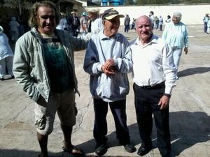 Sobrinhos Vicente e Antônio em visita ao tio (ao centro), em Juquery (Foto: Arquivo pessoal)