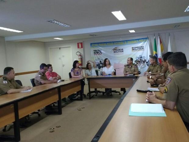 Reunião teve participação da PM e de chefes de cartório (Foto: Michelly Oda/G1)