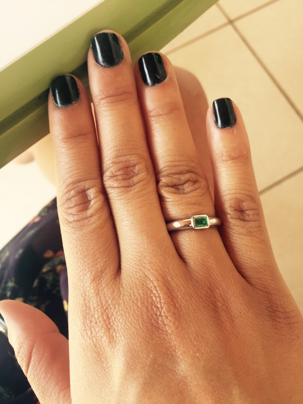 Gyselle Soares mostra anel de esmeralda que ganhou do namorado (Foto: Divulgação)