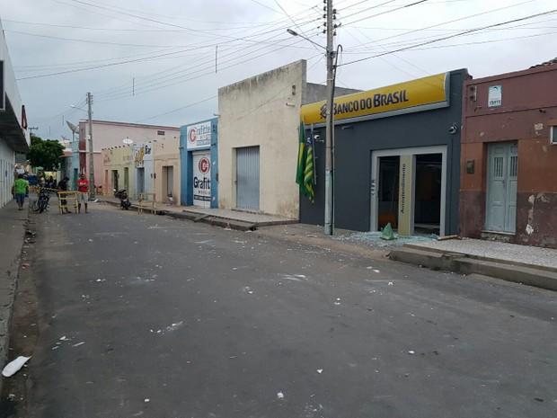 Bandidos explodiram caixas eletrônicos do banco em Francisco Santos (Foto: Jonas Rocha)