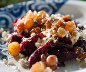 Salada de beterraba com ricota caseira e molho de uvas
