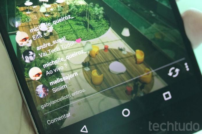 Os comentários, curtidas e toda a interação aparece sobre a tela da transmissão (Foto: Melissa Cruz / TechTudo)