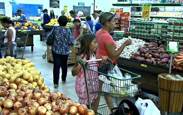Consumidores estão se endividando para poder comprar alimentação com período de inflação (Foto: Acre TV)